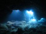 スポットライトの水中洞窟ダイビング