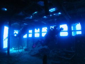 青い光の操舵室