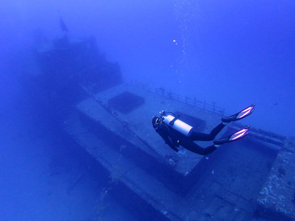 推定水底に横たわる沈船